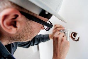 Простые профессии: ремонтники в Украине зарабатывают около 10 тысячи гривен в месяц
