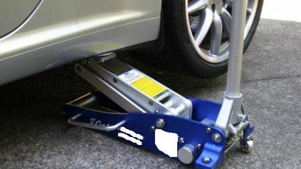 Автомобиль сорвался с домкрата. Фото: avtoshef.com