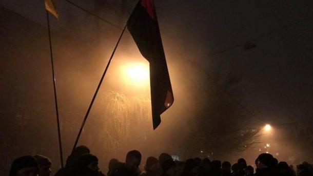 Неизвестные бросили дымовые шашки между полицией иактивистами около АП— Факельное шествие
