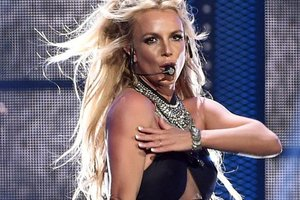 Britney Spears in ultra-short shorts and plunging neckline went to a basketball game