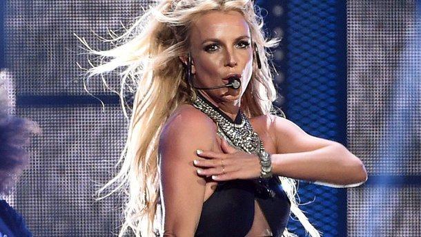 Бритни Спирс вультракоротких шортах и глубочайшем декольте сходила набаскетбол