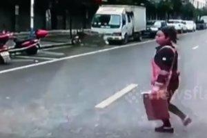 Чудом избежала смерти: китаянка попала под грузовик и осталась невредима