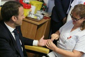 Макрон сдал кровь на ВИЧ