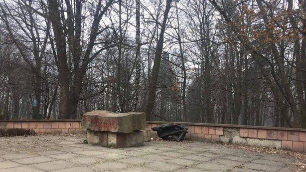 ВЛьвове свалили монумент коммунисту Великановичу