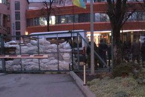 В Киеве заблокировали офис телеканала NewsOne
