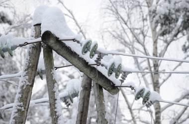 Сильный ветер оставил без света дома в трех областях Украины