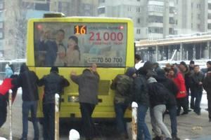 Во Львовской области из-за снегопадов на дороге застряли около 60 авто