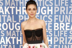 Mila kunis in Dolce & Gabbana for the first time in a long time came out with Ashton Kutcher