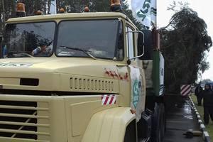 """Главная новогодняя елка """"застряла"""" на въезде в Киев из-за протестов в центре"""