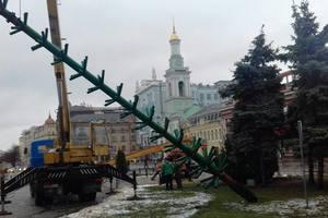 У центрі Києва почали встановлювати ще одну велику новорічну ялинку
