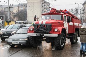 В центре Киева пожарная машина протаранила легковушку