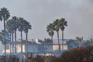 Лісові пожежі в Каліфорнії загрожують багатіям Лос-Анджелеса