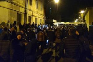 Соратники заявляют, что под изолятором усилили охрану, а Саакашвили обыскивают