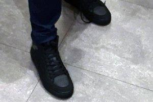В Киеве парень оставил старые ботинки на витрине и пытался выйти в новых