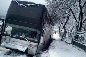 Зимой автобусы нередко слетают с трассы и попадают в ДТП. Фото: ГСЧС