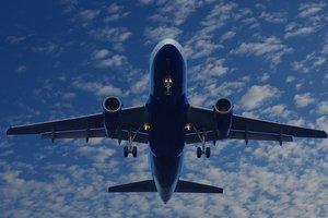 Самолет разбросал посылки по взлетной полосе: появилось видео