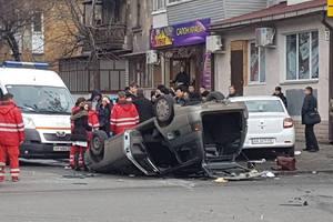 В центре Запорожья в аварии перевернулась машина
