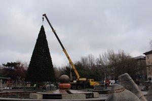 Главную елку Запорожья поставили в фонтан