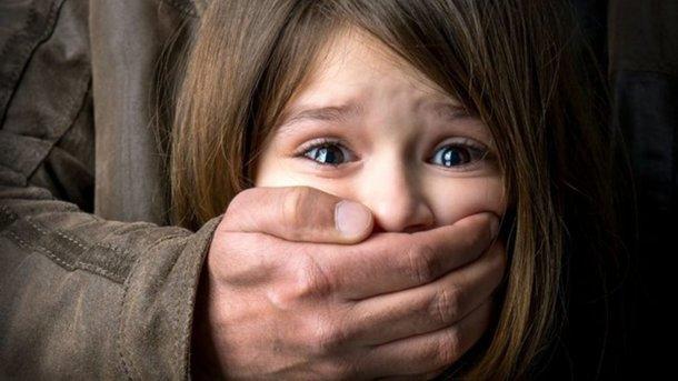 ВРовно мужчина развратил 2-х маленьких девушек