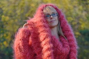 Вязаное чудо: болгарские дизайнеры создали шарф-платье