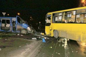 Жуткое ДТП с маршруткой в Киеве: три человека получили тяжелые травмы