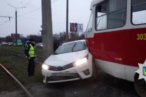 В Харькове столкнулись иномарка и трамвай: есть пострадавший