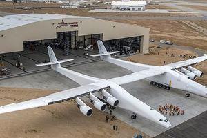 Новый самый большой самолет в мире прокатился по взлетной полосе