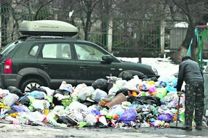 The consequences of the snowfall in Kiev: huge dumps in the yards and drop blocks from houses