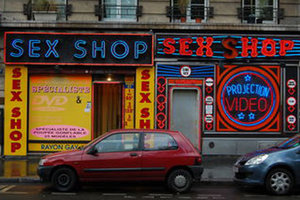 В России грабителя секс-шопа избили фаллоимитатором: опубликовано видео