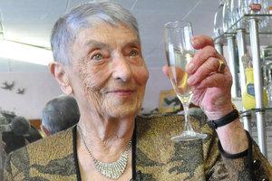 """100-летняя француженка объяснила свое долголетие """"рюмкой кое-чего"""""""