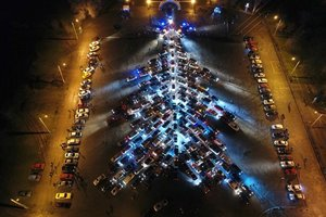 На рекорд: в Запорожье создали самую большую в Украине елку из автомобилей