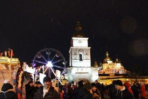 Тысячи человек собрались в центре Киева и радуются неожиданному снегу