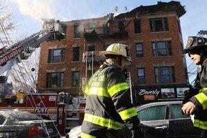В Нью-Йорке вспыхнул пожар в жилом доме, десятки пострадавших