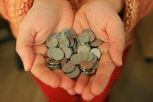 Сколько денег получают и на что тратят украинцы: инфографика