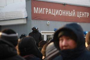 В России ОМОН жестко разогнал мигрантов, неделю стоявших в очереди