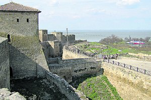 В Белгород-Днестровской крепости женщина упала в 15-метровый ров