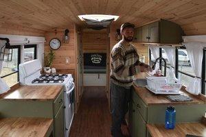 Парень превратил школьный автобус в дом для путешествий