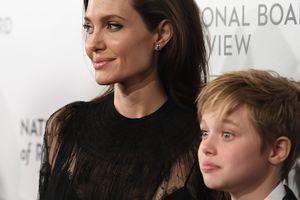 Дочь Анджелины Джоли и Брэда Питта сломала ключицу на отдыхе в горах