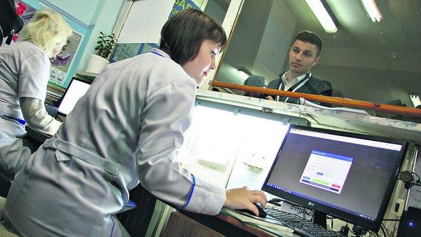 Регистратура. Записаться на прием к доктору можно и по старинке в самой поликлинике. Фото: nf.dp.ua