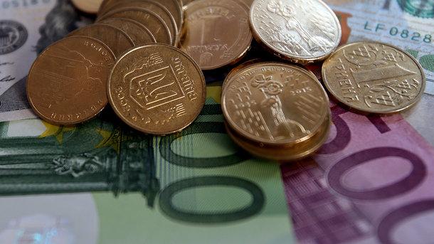 Курс рубля поотношению косновным валютам слегка снизился