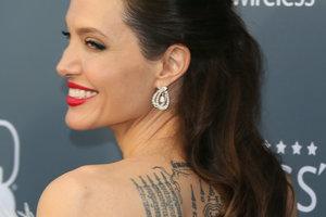 Анджелина Джоли в белом платье с перьями произвела фурор