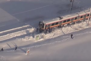 В Японии в снежной ловушке оказался поезд с более 400 пассажирами