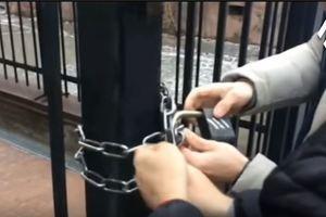 Активисты заперли на цепь ворота Российского культурного центра в Киеве