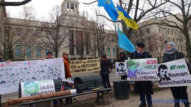 В Берлине перед посольством РФ прошла акция в поддержку крымских татар