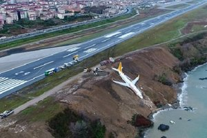 В Турции самолет съехал со склона