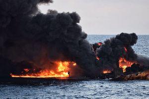 Возле Китая потушили огромное пятно нефтепродуктов от взорвавшегося танкера