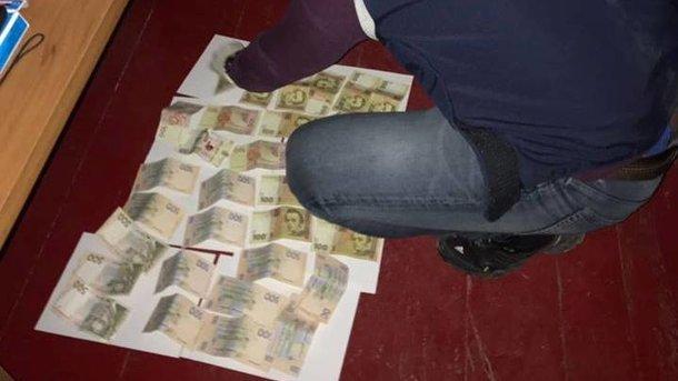 Мужчину задержали во время получения денег. Фото: Нацполиция