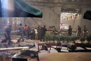 Балкон с людьми рухнул в Индонезии: в сети появилось жуткое видео