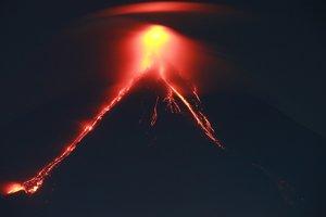 На Филиппинах вулкан извергает лаву и пепел, людей массово эвакуируют