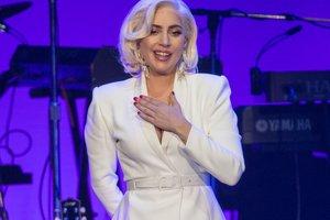 В ботфортах и жакете на голое тело: Леди Гага показала новый откровенный образ